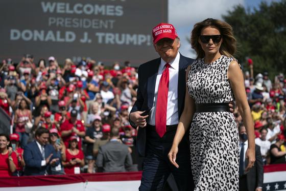 도널드 트럼프 미국 대통령과 부인 멜라니아 여사가 29일 플로리다에서 유세하고 있다. 선거전이 시작된 이후 부부 합동 유세는 처음이다. [AP=연합뉴스]