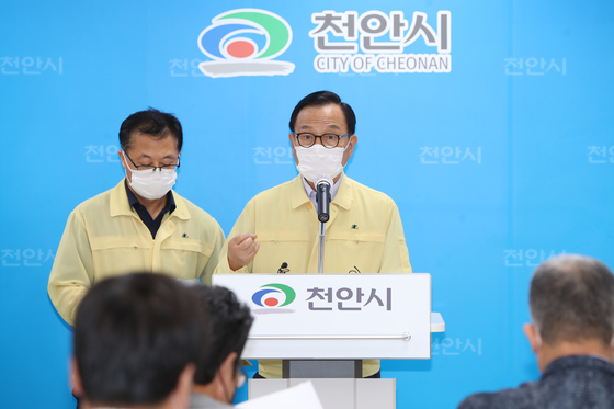 박상돈 천안시장(오른쪽)이 신종 코로나바이러스 감염증(코로나19) 확산에 따른 대책과 당부사항을 발표하고 있다. [사진 천안시]