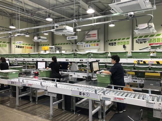 소비자가 매장에서 고른 상품을 매장 뒤편의 보이지 않는 곳에서 자동으로 포장하는 롯데마트의 후방 자동화 설비. 롯데마트는 이런 설비를 갖춘 매장을 2021년까지 29개 만든다. [사진 롯데마트]