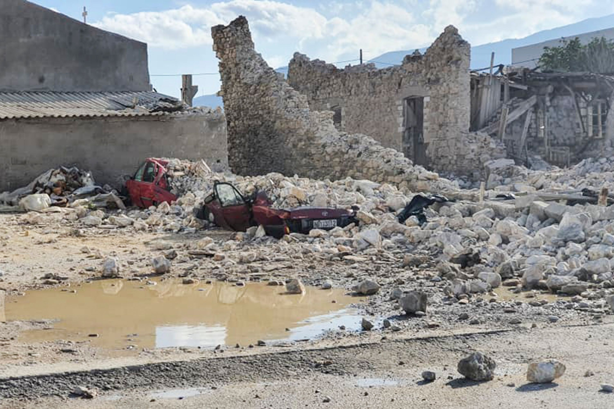 터키 서부 에게해 해역에서 30일(현지시간) 규모 7.0의 강진이 발생했다. 사진은 지진으로 건물이 붕괴되는 등의 피해를 입은 그리스 사모스섬. AFP=연합뉴스