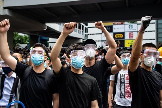 홍콩의 범죄인 인도법 개정안 반대 시위대. 공안당국의 안면인식 기술에 노출되지 않기 위해 마스크와 물안경을 썼다. [AP=연합뉴스]