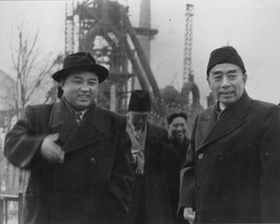 1958 년 북한에 주둔하고 있던 중국 인민 지원군의 철수 문제를 논의하기 위해 방북 한 저우 (오른쪽) 중국 총리와 김일성 (왼쪽) 북한 총리가 함흥을 시찰하고있다. [트위터 캡처]