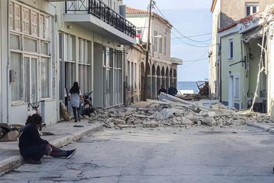 30일(현지시간) 발생한 강진으로 파괴된 그리스 사모스섬 주택가 모습. AFP=연합뉴스