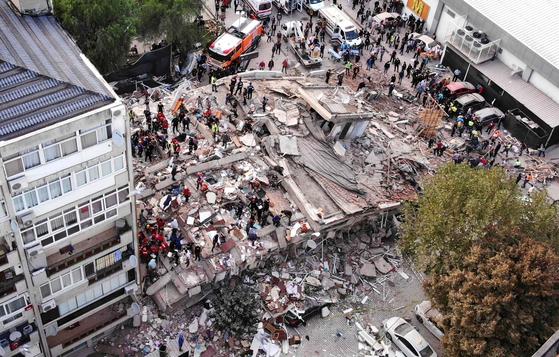 30일(현지시간) 발생한 진도 7.0의 강진으로 터키 이즈미르 지역의 건물이 무너져 내렸다. [로이터=연합뉴스]