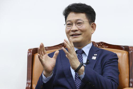 """송영길 민주당 의원은 31일 자신의 페이스북 메시지에서 """"코로나19로 미세먼지의 공습에서 잠시 벗어나 맑은 공기의 고마움을 절감한다. 코로나의 역설""""이라고 했다. 임현동 기자"""