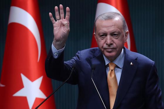 레제프 타이이프 에르도안 터키 대통령이 앙카라에서 열린 회의에 참석했다. 그는 최근 프랑스 마크롱 대통령과 연일 대립각을 세우고 있다. [AFP=연합뉴스]