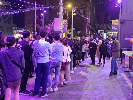 이태원 세계음식거리 초입에서 방문객들이 '방역 게이트' 통과를 기다리고 있다. 권혜림 기자