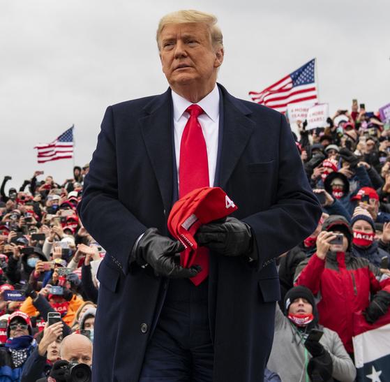 지난달 30일(현지시간) 도널드 트럼프 대통령이 미시간주 워터포드에서 선거 막바지 유세를 펼치고 있다. [AP=연합뉴스]