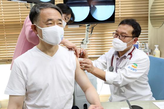 박능후 보건복지부 장관이 27일 오후 세종시의 병원을 찾아 인플루엔자(독감) 예방접종을 하고 있다. 연합뉴스