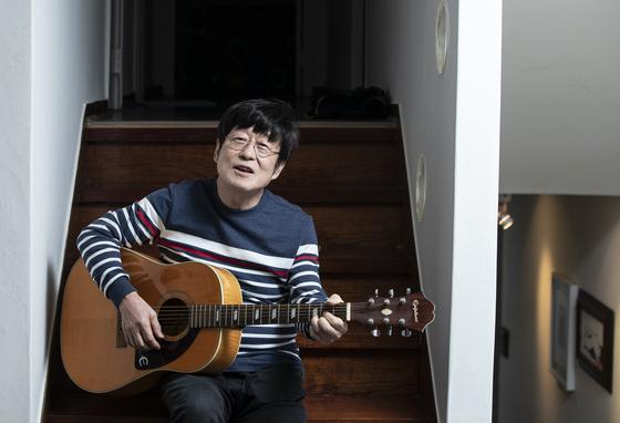 서울 반포동 자택에서 노래하는 김창완. 그가 가장 자주 서는 무대 중 하나다. 권혁재 사진전문기자
