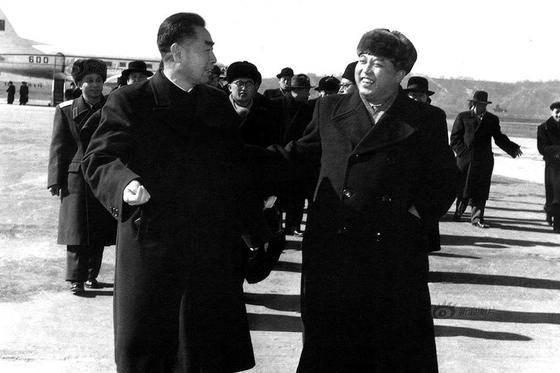 1958 년 북한에 주둔하고 있던 중국 인민 지원군의 철수 문제를 논의하기 위해 평양 공항에 도착한 저우 (왼쪽) 중국 총리를 김일성 (오른쪽) 북한 총리가 받아들이고있다. [트위터 캡처]