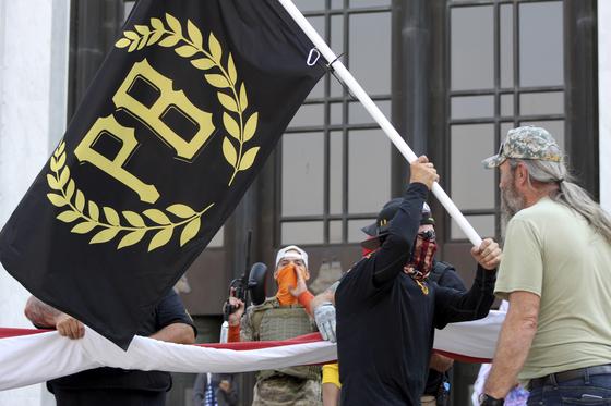 지난 9월 7일 도널드 트럼프 대통령을 지지하는 극우단체 '프라우드 보이스(proud boys)'가 깃발을 흔들고 있다. [AP=연합뉴스]
