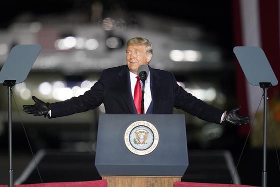 도널드 트럼프 미 대통령이 지난 10월 31일 펜실베니아 버틀러 카운티 공항에서 유세를 하고 있다. [AP=연합뉴스]