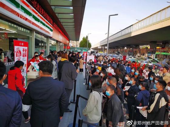 지난달 23일 중국 허난성 정저우에 세븐일레븐 1호점이 문을 열자 수많은 인파가 몰려 혼잡을 빚었다. [중국 웨이보 캡처]