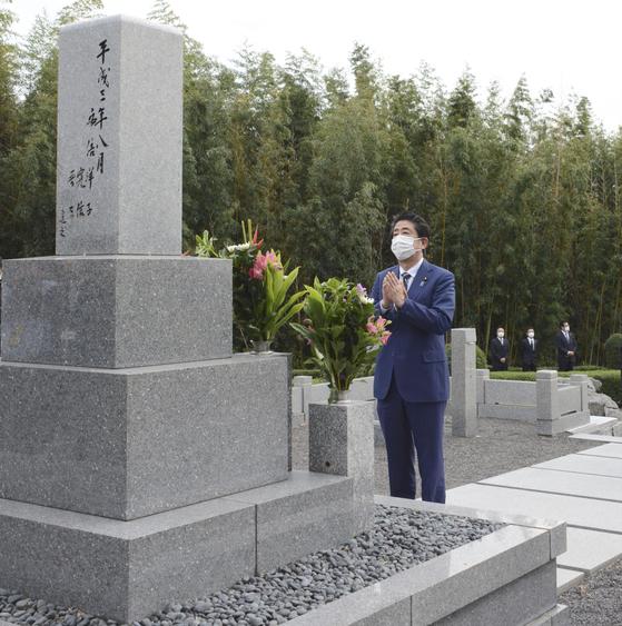 아베 신조 전 일본 총리가 1일 야마구치(山口)현 나가토(長門)에 있는 선친 묘소를 참배하고 있다.  연합뉴스