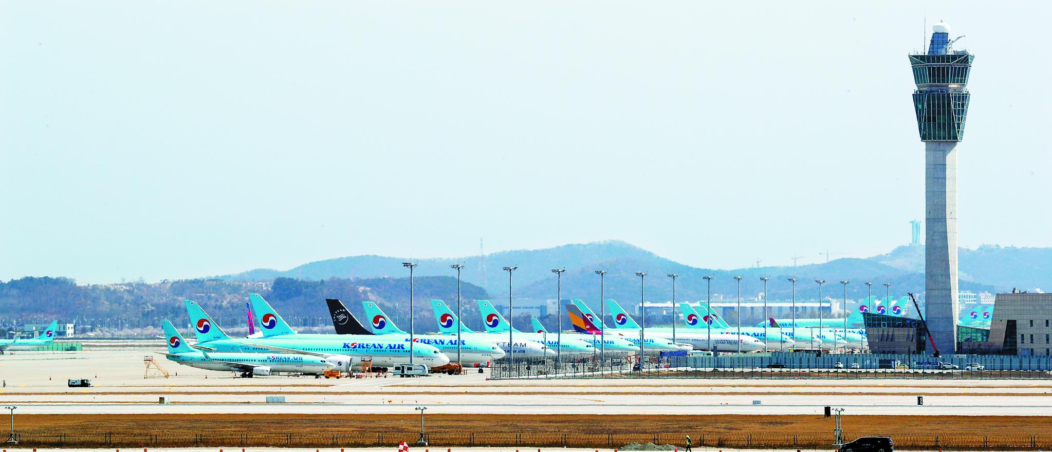 코로나 19 여파로 항공 운항이 대부분 중단되면서 여객기들이 인천공항 계류장에 대거 주기돼 있다. [뉴스1]