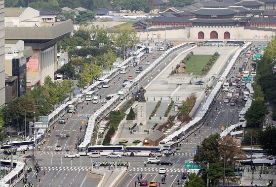 개천절인 지난달 3일 서울 종로구 광화문광장과 세종대로 일대가 집회를 통제하기 위해 경찰이 촘촘히 세운 버스들로 둘러싸여 있다. 연합뉴스