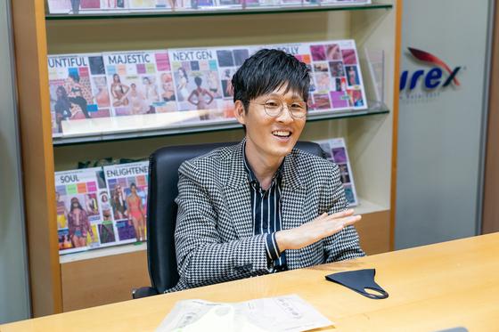 홍진호 효성티앤씨 패션디자인센터 센터장이 효성의 원사로 브랜드와 협업한 사례를 설명하고 있다. 책상위에 안다르와 함께 만든 '리업페이스 마스크'가 놓여있다. 이소아 기자