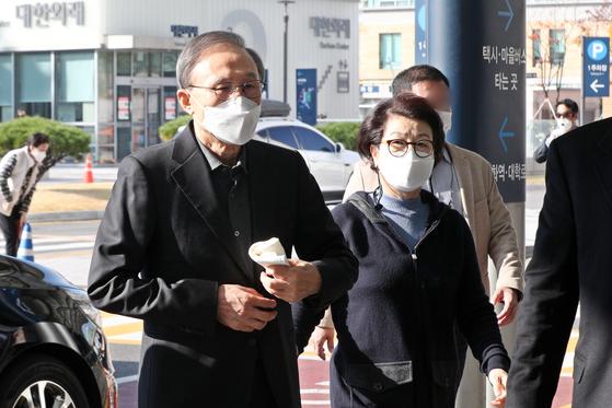 이명박(78) 전 대통령이 지난달 30일 오전 순환기과 진료를 받기 위해 서울 종로구 서울대병원에 도착하고 있다. [뉴스1]