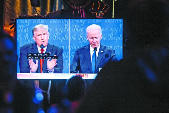 지난달 22일(현지시간) 미국 캘리포니아주에서 시민들이 도널드 트럼프 미국 대통령과 조 바이든 민주당 후보의 마지막 TV토론을 지켜보고 있다. [EPA=연합뉴스]