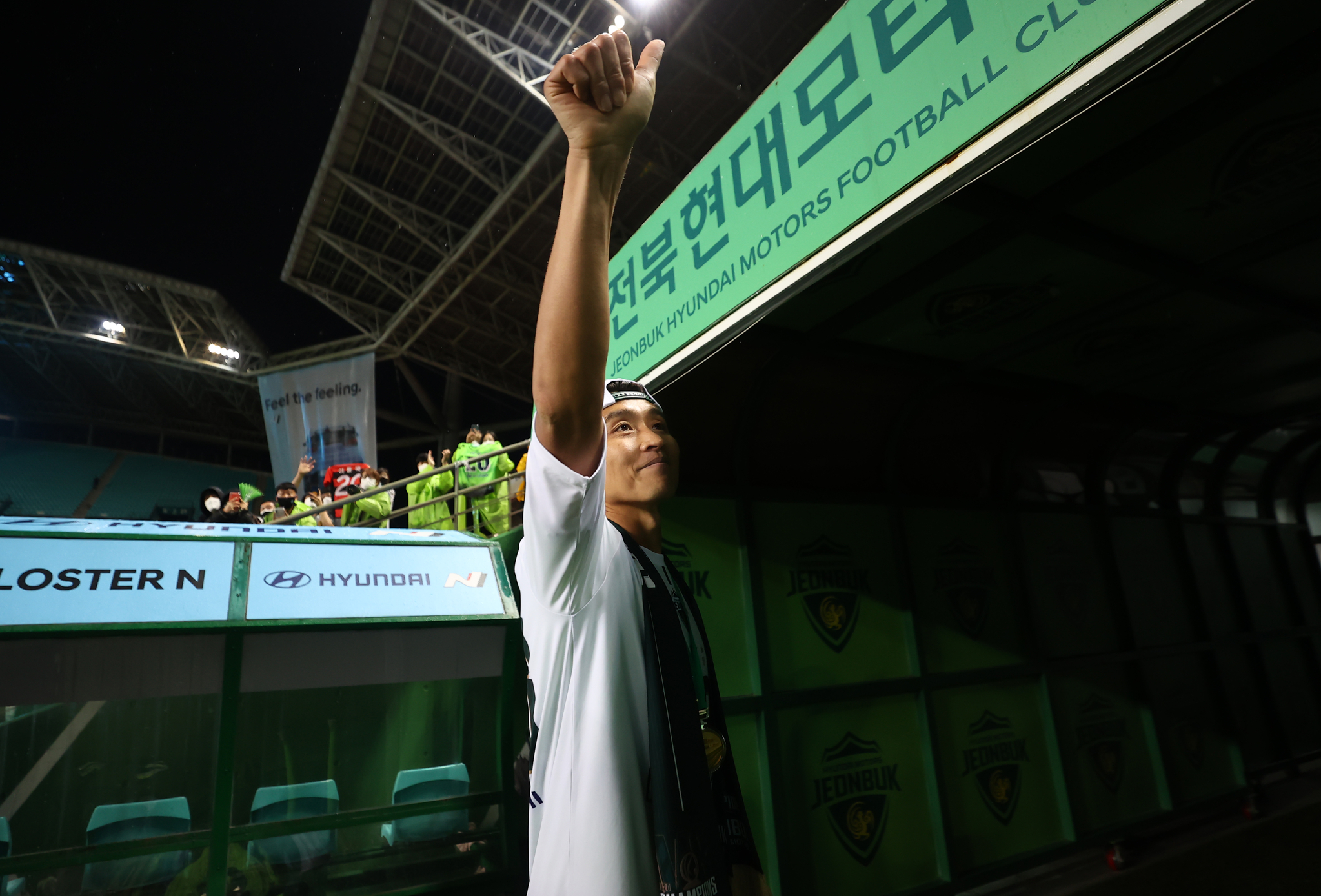 전북 이동국이 1일 전주월드컵경기장에서 열린 은퇴식을 마친 후 그라운드를 나서고 있다. [연합뉴스]