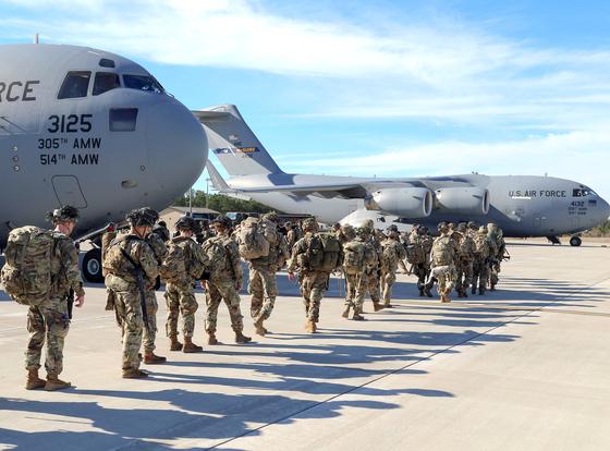 지난 1월 미국 신속대응부대(IRF)가 노스캐롤라이나주 포트 브래그 기지에서 C-17 수송기에 탑승하고 있다. 미군은 이라크 바그다드 주재 대사관 습격 사태 대응을 위해 제82 공정사단 소속 보병대대 등 병력 750명을 급파했다. [AFP]