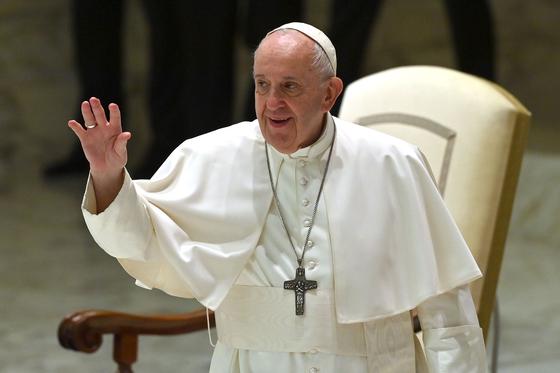 """프란치스코 교황은 """"동성 커플도 법적으로 보호받아야 한다""""며 시민결합법 지지 의사를 밝혔다. AFP=연합뉴스"""