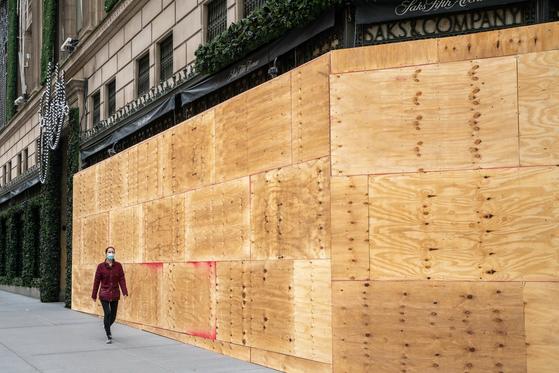 미국 뉴욕 도심 5번가 풍경. 대선 이후 발행할지 모르는 폭력사태에 대비해 건물 1층의 상점을 합판으로 폐쇄했다. 미국 대도시 전체에 나타나는 현상이다. AFP=연합뉴스