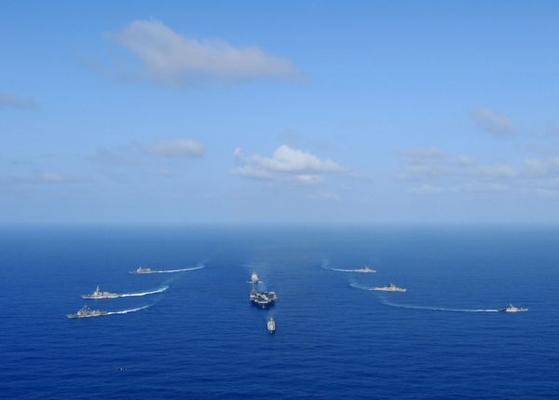 2011년 말라바 훈련에서 미국 해군의 핵추진 항공모함인 로널드 레이건함이 미 해군과 인도 해군의 호위를 받으며 항해하고 있다. [미 해군 제공]