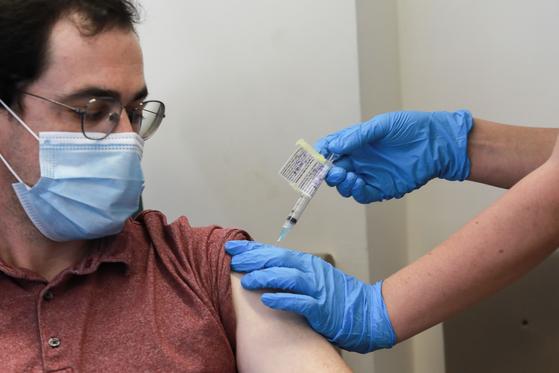 이스라엘 예루살렘에서 한 코로나19 백신 시험 자원자가 백신 접종을 하고 있다. 신화=연합뉴스