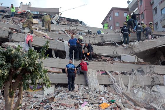 지난달 30일(현지시간) 터키 해안과 그리스 사모스섬 사이 에게해에서 발생한 규모 7.0의 지진으로 무너진 건물에서 구조대가 생존자를 찾고있다. EPA=연합뉴스
