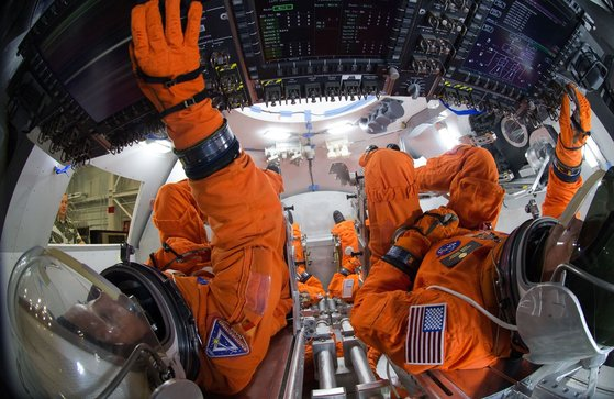 록히드마틴은 미국 항공우주국(NASA)과 함께 우주선을 제작하면서 MS의 홀로렌즈2를 활용했다. [사진 마이크로소프트]
