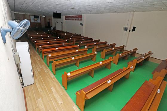 대구예수중심교회 관련 신종 코로나바이러스 감염증(코로나19) n차 감염이 이어지는 가운데 1일 폐쇄조치가 내려진 대구 서구 예수중심교회 내부가 텅 비어 있다. 뉴스1