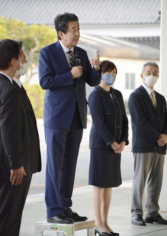아베 신조 전 일본 총리가 1일 부인 아키에 씨와 함께 야마구치(山口)현 나가토(長門)시에 있는 선친 묘소를 참배한 뒤 지지자들 앞에서 연설하고 있다. [교도통신=연합뉴스]