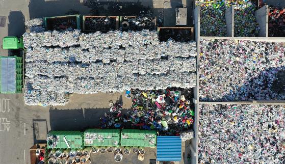 경기 수원시 영통구 수원시 자원순환센타 야적장에 각 가정에서 수거한 일회용 플라스틱 쓰레기가 수북히 쌓여 있다. 뉴시스