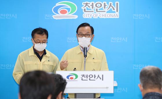 박상돈 천안시장(오른쪽)이 신종 코로나바이러스 감염증(코로19) 관련 대책을 발표하고 있다. 사진 천안시