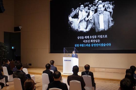 김기남 삼성전자 대표이사 부회장이 2일 수원 삼성 디지털시티에서 열린 창립 51주년 기념식에서 기념사를 하고 있다. 사진 삼성전자