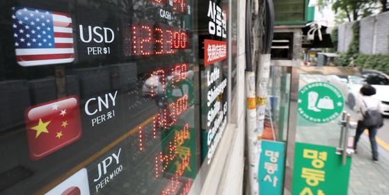 앞으로 편의점에서 환전 신청한 달러를 수령할 수 있게 된다. 서울 중구 환전소 앞으로 시민들이 오가고 있다. 뉴스1
