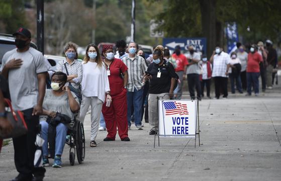 지난달 12일(현지시간) 미국 조지아주 오거스타의 시민들이 사전 투표를 하기 위해 이른 시간부터 줄을 서 있는 모습. AP통신은 수천명의 흑인 미국인들이 사전 투표에 참여했다고 전했다. [AP=연합뉴스]