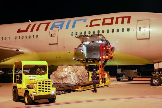 진에어의 B777-200ER 항공기에서 밸리카고로 화물을 적재하고 있는 모습. 사진 진에어