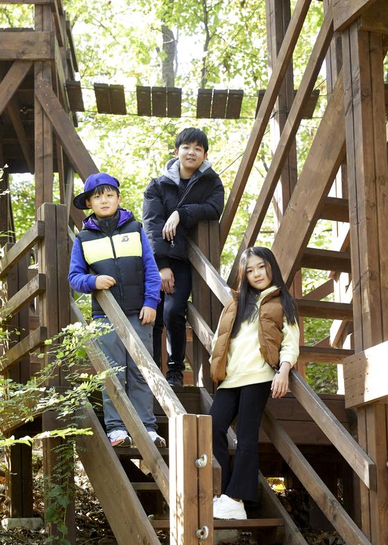 왼쪽부터 한현 학생기자·이주영·박성경 학생모델이 숲속 레포츠에 도전하기 위해 '중랑 체험의 숲 체험학습센터'를 찾았다.