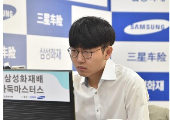 신진서 9단의 삼성화재배 월드바둑마스터스 결승전 1국 대국 모습. [사진 한국기원]