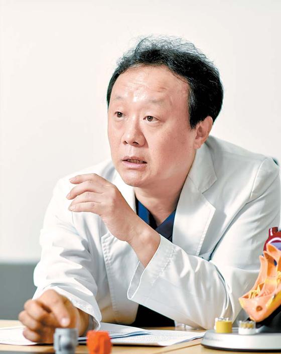 유철웅 교수가 심장 판막을 치료하는 TAVI 시술을 설명하고 있다. 김동하 객원기자