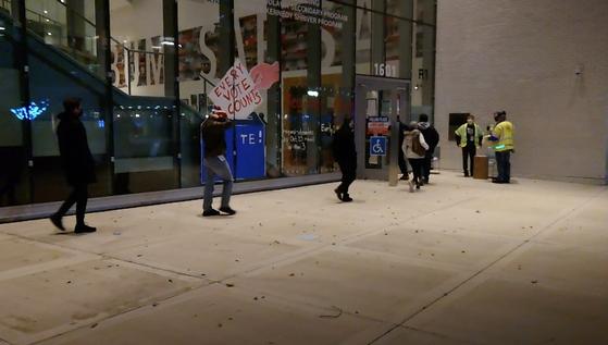 3일(현지시간) 오전 6시 미국 버지니아 알링턴 하이츠스쿨 투표소에 이른 시간부터 유권자들이 투표를 하기 위해 줄을 서 있다. [이광조 JTBC 영상기자]