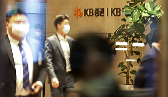 라임자산운용 펀드 사기 사태와 관련해 검찰이 서울 여의도 KB증권을 압수수색했다. 연합뉴스