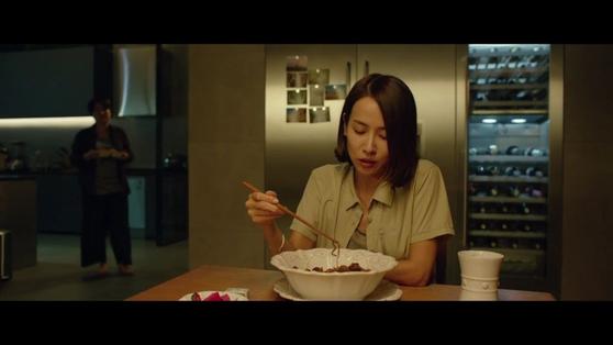 영화 '기생충'에서 채끝살을 넣은 짜파구리를 먹는 연교(조여정). [사진 CJ ENM]