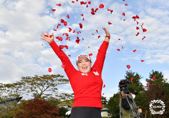 지난 1일 제주 서귀포시 핀크스GC에서 열린 'SK네트웍스 서울경제 레이디스 클래식' 우승자 장하나가 축하 꽃잎 세례를 받고 있다. [사진 KLPGA]