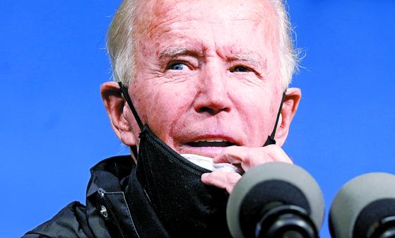 대선 이틀 전인 1일(현지시간) 조 바이든 민주당 후보가 펜실베이니아주 필라델피아에서 선거 유세 중 마스크를 내리고 있다. [로이터=연합뉴스]