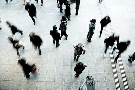 제대로 걷는 것이 어려운 이유는 걸음을 걷는 행위가 무의식의 영역이기 때문이다. '똑바로 걸어야지' 다짐하더라도 불과 1~2분을 넘지 못하고 무의식이 시키는대로 걷게 된다. [사진 pixabay]