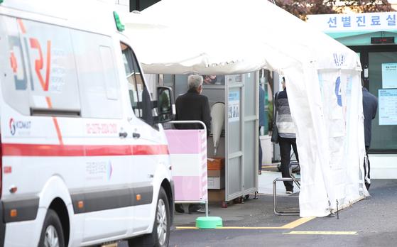 3일 오전 서울 중구 국립중앙의료원에 마련된 선별진료소를 찾은 시민들이 대기하고 있다.   연합뉴스